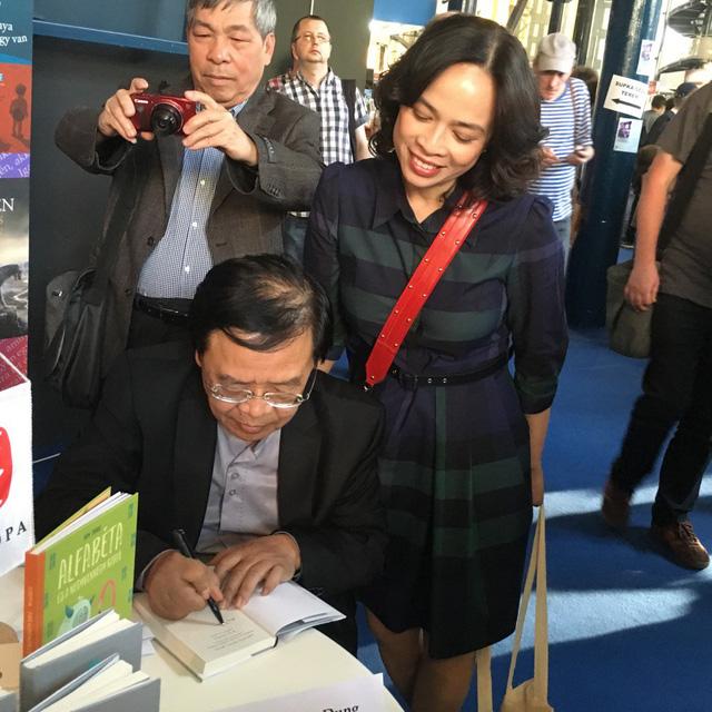 Nhà thơ Trương Đăng Dung ký tặng sách tác giả bài viết - Ảnh do nhân vật cung cấp