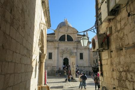 Cột Roland nằm trước nhà thờ Thánh bảo hộ Blaise, tại quảng trường trung tâm cổ thành Dubrovnik