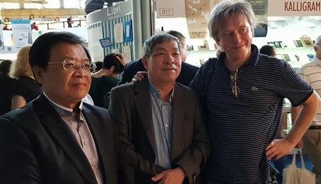 Từ trái sang: Nhà thơ Trương Đăng Dung, dịch giả Giáp Văn Chung, nhà thơ, dịch giả Háy János trong buổi ra mắt sách - Ảnh: Phạm Khuê
