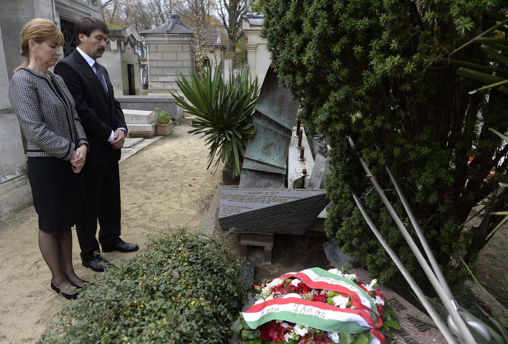 Tổng thống Hungary Áder János và Phu nhân trước ngôi mộ gió của Nagy Imre tại nghĩa trang Père-Lachaise (Paris) - Ảnh: mno.hu
