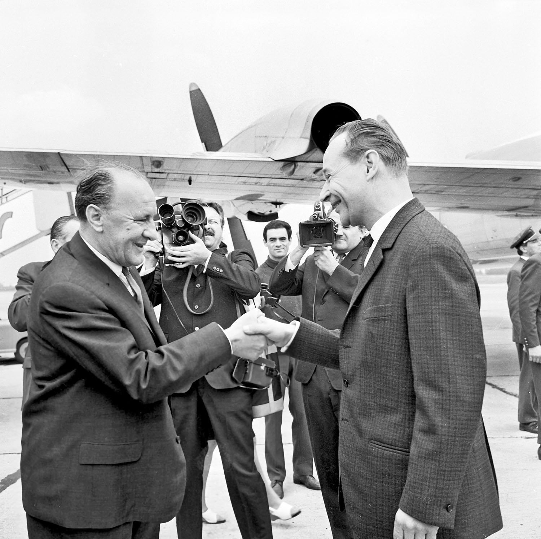 Kádár János (trái) cùng Alexander Dubček tại phi trường Budapest tháng 6-1968 - Ảnh tư liệu