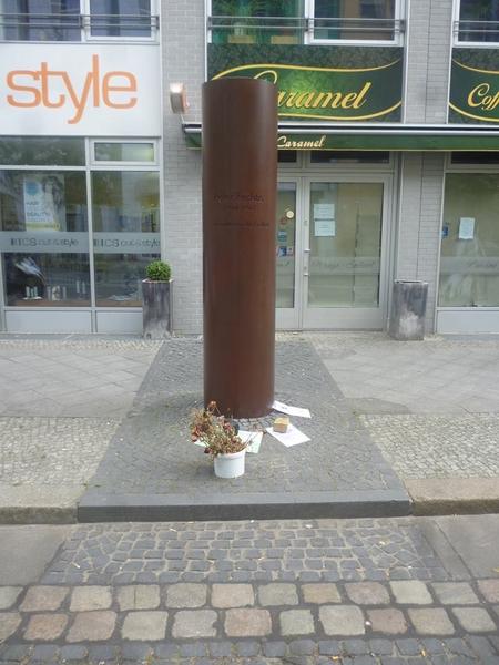 Tưởng nhớ một nạn nhân của bức tường Berlin, người tử nạn trên con đường tìm tự do (phố Zimmerstraße, Berlin)