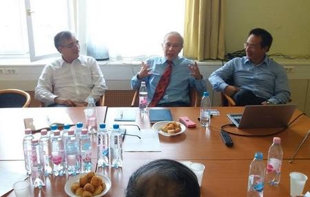 PGS. TS. Trần Đình Thiện (trái) tới thăm và trao đổi tại Đại học Kinh tế Corvinus (Budapest) - Ảnh: Facebook của Hội Tri thức Việt tại Hungary