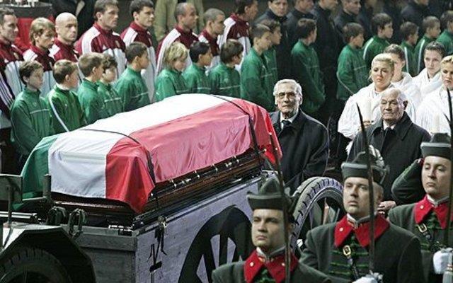 Lễ quốc tang dành cho Puskás Ferenc, một trong những danh thủ bóng đá xuất chúng nhất của mọi thời đại - Ảnh: Internet