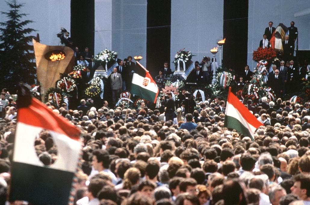 Quốc tang trong dịp tái mai táng cố thủ tướng Nagy Imre và các đồng sự đã bị chính quyền cộng sản tử hình ngày 16-6-1968 trong một phiên tòa dành dựng và ngụy tạo - Ảnh: hvg.hu