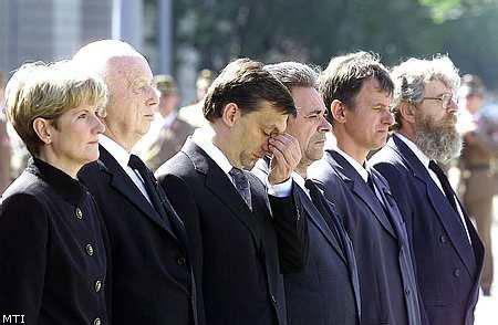 Giới lãnh đại thượng đỉnh của hungary trong ngày quốc tang tưởng nhớ những nạn nhân của vụ cướp ngân hàng ở TP. Mór - Ảnh: MTI