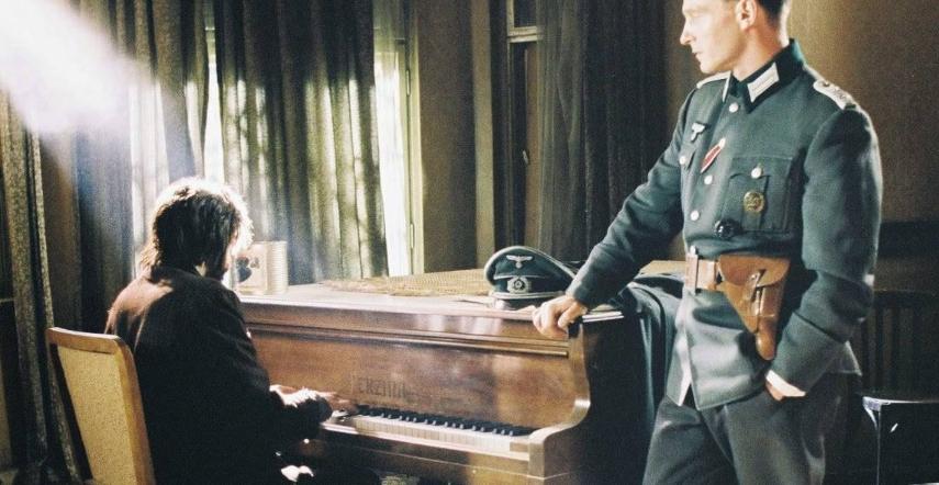 """""""Giai điệu của hy vọng vẫn ngân lên dưới đôi bàn tay run rẩy của một con người đang chống chọi với đói, khát, lạnh lẽo, và với cái chết..."""" - Cảnh trong phim """"Nghệ sĩ dương cầm"""""""