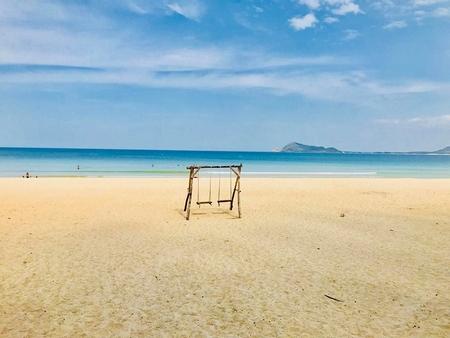 Màu trắng bừng lên giữa trưa nắng của dải cát mịn tinh khôi