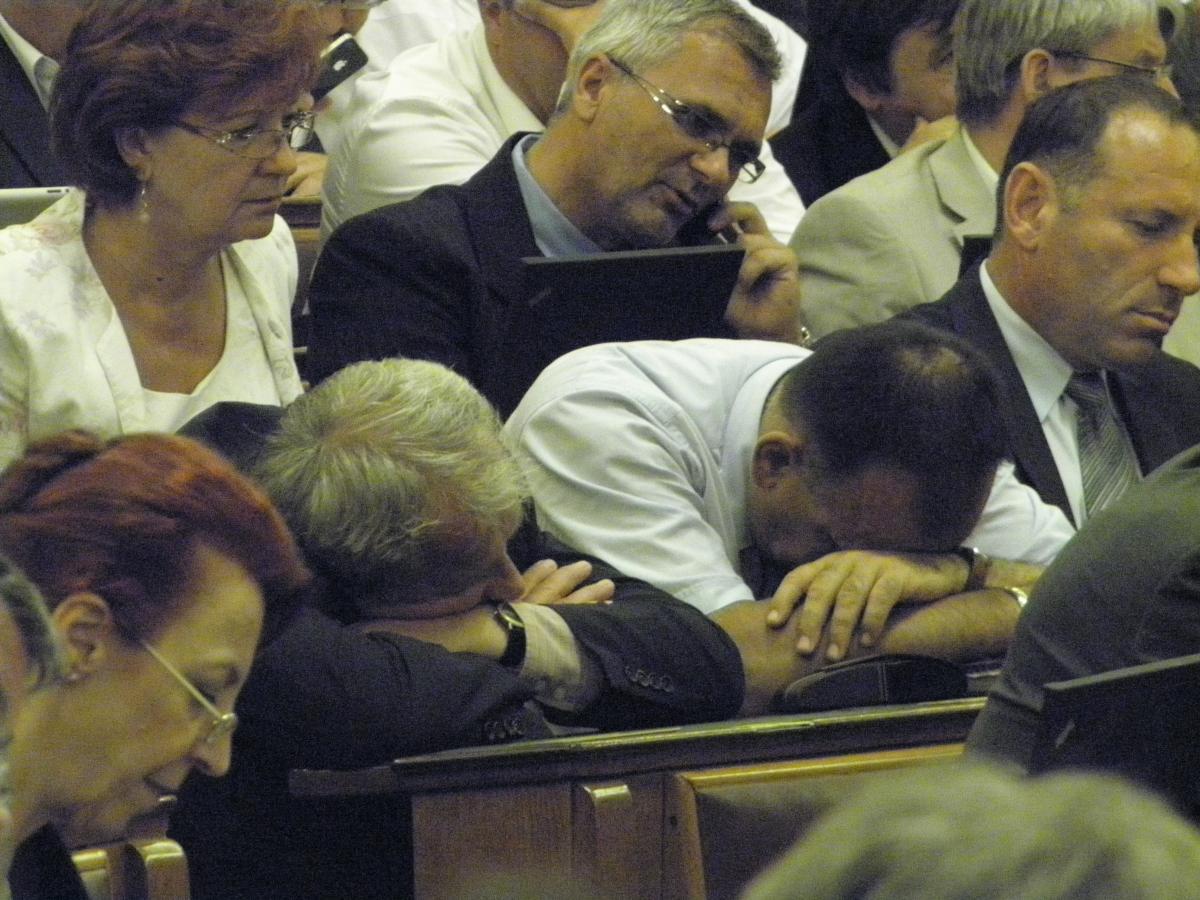 Chính khách nước ngoài cũng nhiều lúc ngủ gật, và cũng phải chịu sự bàn luật, phán xét của dân - Ảnh: Bị giới ký giả hỏi tại sao lại không có mặt trong tấm ảnh chung của nhóm dân biểu đảng cầm quyền FIDESZ trong Quốc hội, ông Halász János - Phát ngôn viên của nhóm thú nhận, ông mệt quá và ngủ vùi, và ông hổ thẹn về điều đó
