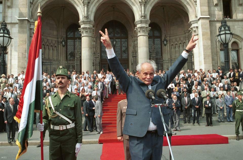Göncz Árpád, tổng thống đầu tiên của Đệ tam Cộng hòa Hungary tại Quảng trường Kossuth, trước Nhà Quốc hội Hung (tháng 8-1990) - Ảnh tư liệu