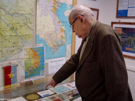 Ông Déri Miklós và những tư liệu của cuộc chiến Việt Nam mà ông còn giữ được - Ảnh: nyugat.hu
