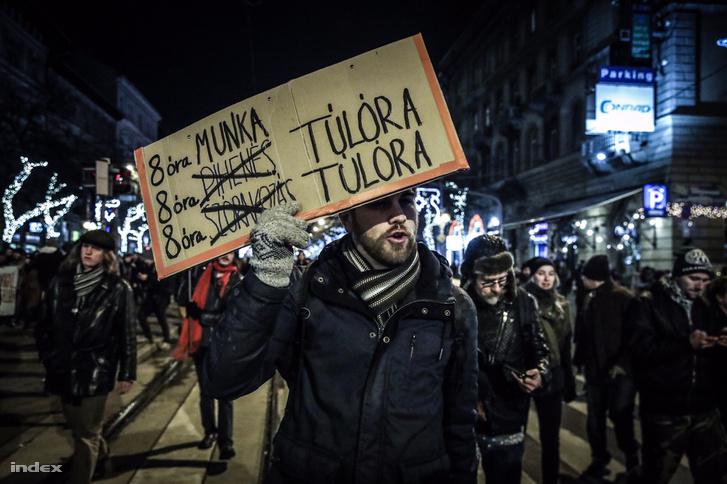 """Biểu tình phản đối việc Quốc hội Hungary thông qua đạo luật """"nô lệ"""". Budapest, đêm 12-12-2018 - Ảnh: Huszti István (index.hu)"""