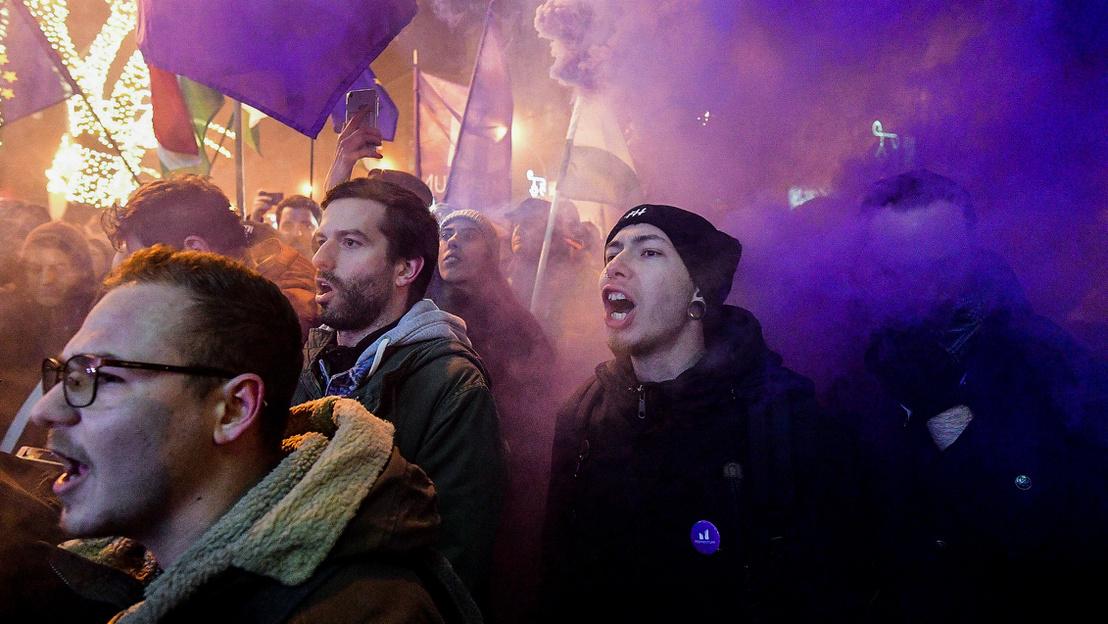 Fekete-Győr András, một thủ lĩnh thanh niên trong cuộc biểu tình trước Nhà Quốc hội Hungary. Budapst, đêm 13-12-2018 - Ảnh: Bődey János (index.hu)