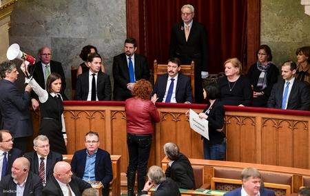 """Tổng thống Áder János tại Nhà Quốc hội Hungary trong thời khắc trước khi biểu quyết thông qua đạo luật """"nô lệ"""", trước sự phản đối mạnh mẽ của các dân biểu đối lập - Ảnh: Bődey János (index.hu)"""