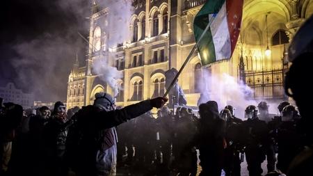 Người biểu tình quyết liệt trước Tòa nhà Nghị viện Hungary khiến cảnh sát nhiều khi phải dùng lựu đạn cay - Ảnh: Huszti István (index.hu)