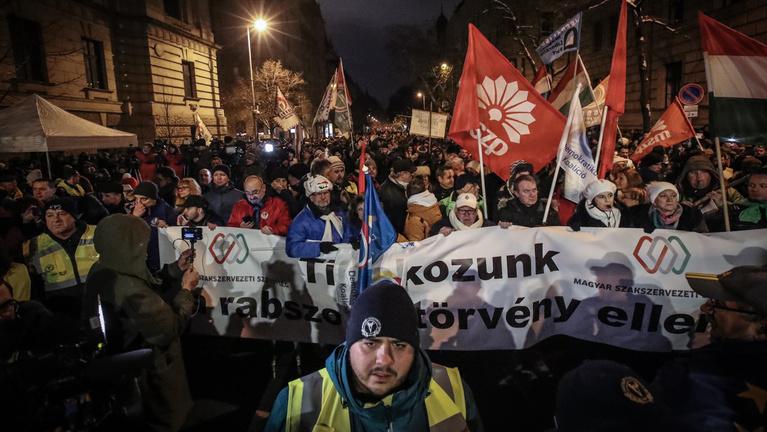 """Đoàn biểu tình với biểu ngữ phản đối """"luật nô lệ"""". Budapest, ngày 16/12/2018 - Ảnh: Huszti István (index.hu)"""
