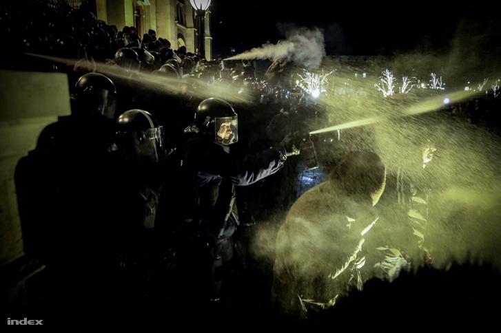 Cảnh sát cơ động dùng hơi cay để tìm cách giải tán đoàn biểu tình trước Nhà Quốc hội Hungary - Ảnh: Huszti István (index.hu)