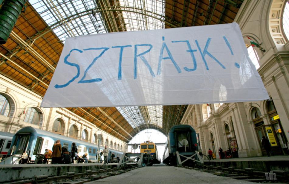 Đình công của nhân viên ngành đường sắt Hungary (MÁV) - Ảnh: kettosmerce.blog.hu