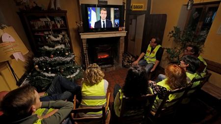 Những người Áo vàng theo dõi bài qua TV phát biểu của Tổng thống Tổng thống Emmanuel Macron ngày 10-12-2018 - Ảnh: Philippe Wojazer (Reuters)
