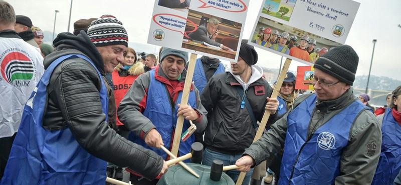 Một số nghiệp đoàn đã tổ chức ra các ủy ban chuẩn bị đình công, và họ khẳng định rằng Tổng thống Áder János phải chịu trách nhiệm về việc người lao động Hungary có một mùa Giáng sinh an lành hay không - Ảnh: hvg.hu