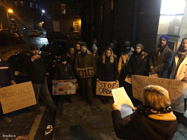 Biểu tình ở Glasgow để phản đối đạo luật mới - Ảnh: index.hu