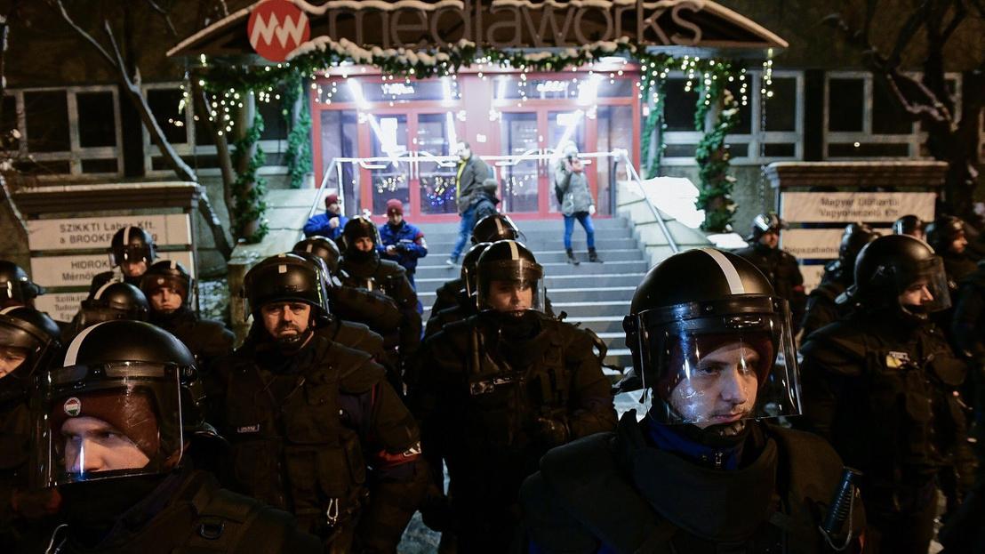 Cảnh sát bảo vệ vòng trong vòng ngoài khi đoàn người biểu tình tới các tòa soạn báo thân chính phủ đòi truyền thông chính thống của Hungary phải đăng tải các yêu sách của họ - Ảnh: index.hu