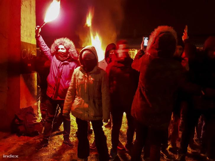 """Người biểu tình nhóm lửa trong đêm lạnh giá và gọi đó là """"Lửa cách mạng"""" - Ảnh: Nagy Attila Károly (index.hu)"""