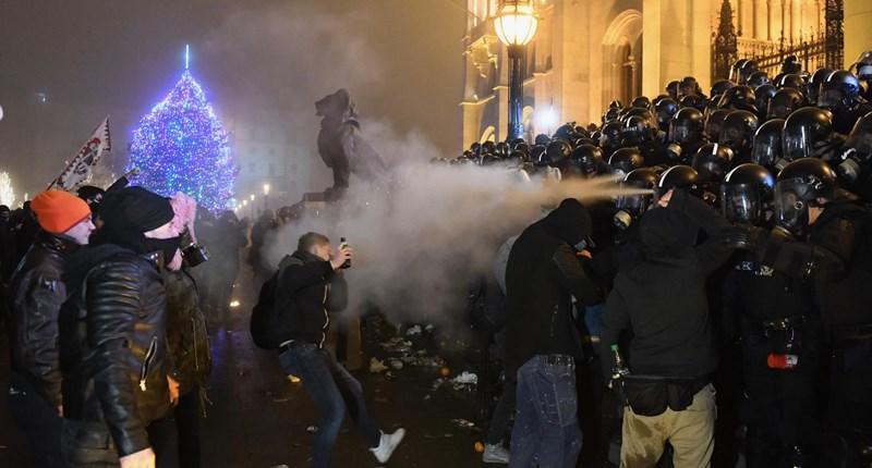 Những cuộc biểu tình phản đối có lúc trở nên gay gắt hiếm có - Ảnh: hvg.hu