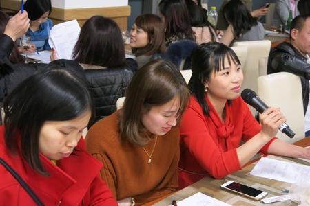 Chia sẻ việc học hỏi những kiến thức hội nhập trong cuộc gặp mặt - Ảnh: Trần Lê