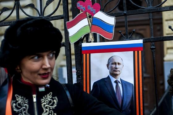 Cổ động viên của Putin trong chuyến công du của Tổng thống Nga tại Budapst - Ảnh: Marjai János (MTI)