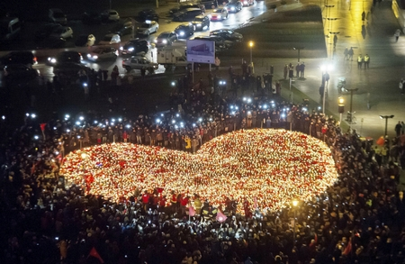 Tưởng nhớ vị chính khách được người dân yêu mến và tín nhiệm tại thành phố quê hương Gdańsk. Ngày 16-1-2019 - Ảnh: Wojciech Strozyk (MTI)