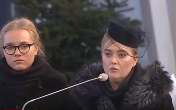 Bà Magdalena Adamowicz và cô Antonina Adamowicz trong tang lễ của chồng và cha - Ảnh chụp màn hình