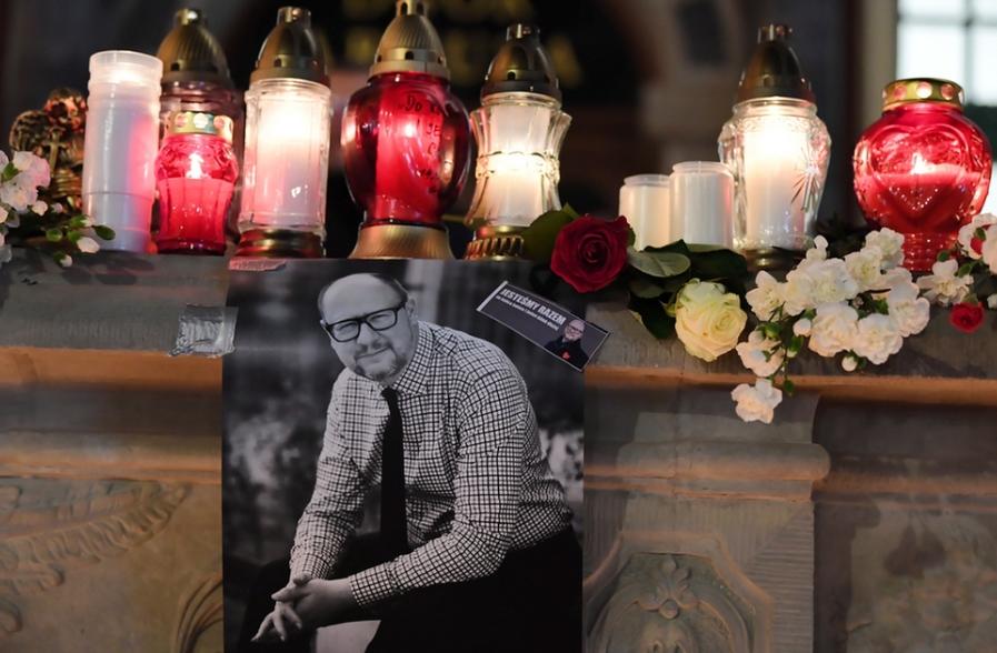 Nhiều ngàn cư dân đã mang hoa và thắp nến tưởng nhớ vị thị trưởng vừa qua đời. Gdańsk, ngày 14-1-2019 - Ảnh: Adam Warlawa (MTI)