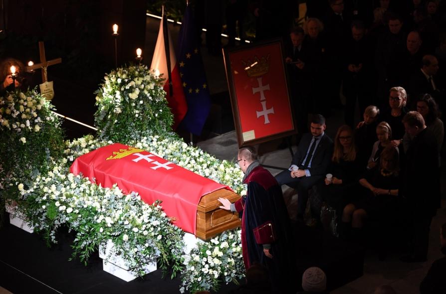 Linh cữu của ông Paweł Adamowicz được quàn tại Trung tâm Đoàn kết Châu Âu. Gdańsk, ngày 17-1-2019 - Ảnh: Adam Warzawa (MTI)