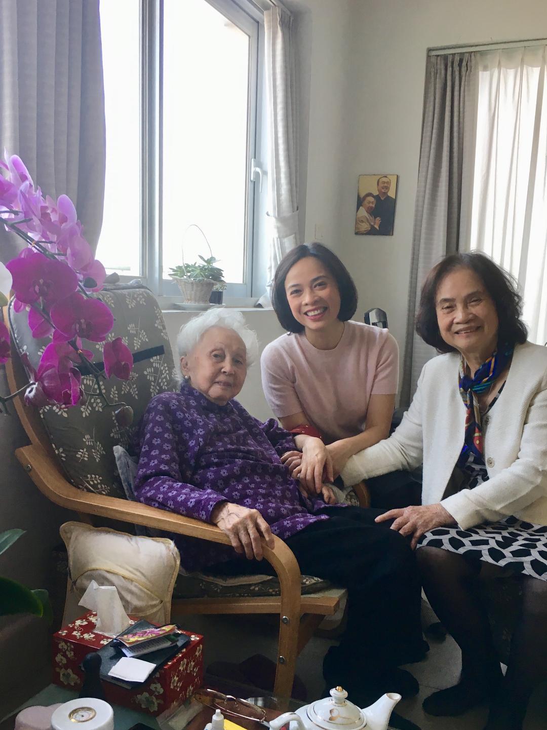 Cùng mẹ và nhà giáo Thái Thị Liên, thân mẫu của NSND Đặng Thái Sơn (ngày 28 Tết) - Ảnh do nhân vật cung cấp