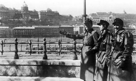 Sĩ quan Đức quốc xã bên bờ sông Danube, đoạn chảy qua nội đô Budapest, năm 1944 - Ảnh tư liệu