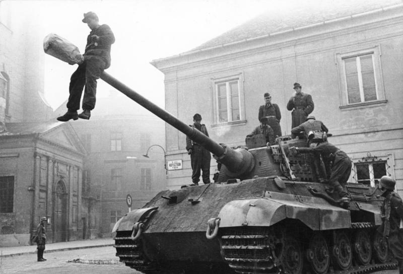 Chiến xa Đức trên đường phố Budapest - Ảnh tư liệu