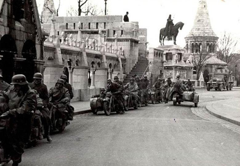 Quân đội Đức bên Pháo đài Ngư phủ, Thành cổ Buda. Ngày 19-3-1941 - Ảnh tư liệu