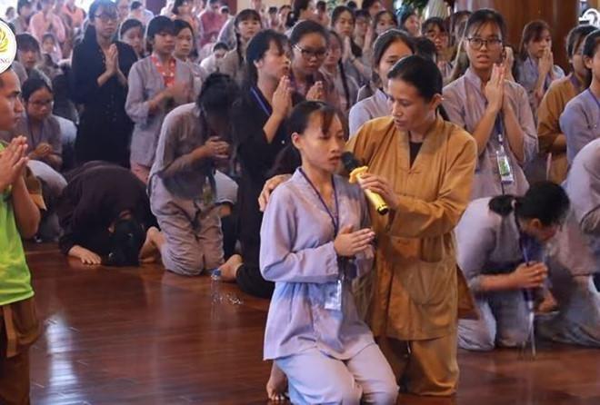 """Thỉnh pháp """"oan gia trái chủ"""" để chữa bệnh tại chính điện chùa Ba Vàng - Ảnh: Chùa Ba Vàng"""