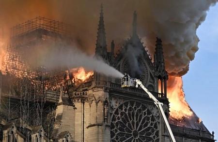 Trận đại hỏa hoạn tàn phá Nhà thờ Đức Bà Paris làm dấy lên một làn sóng ủng hộ chưa từng có