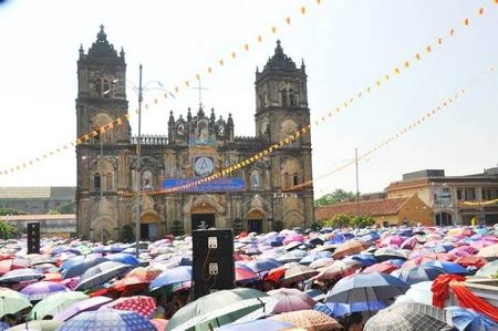 Nhà thờ Chính tòa Bùi Chu, một chứng tích đi cùng lịch sử giáo phận trong suốt 134 năm qua, trong một ngày lễ Công giáo - Ảnh: Internet
