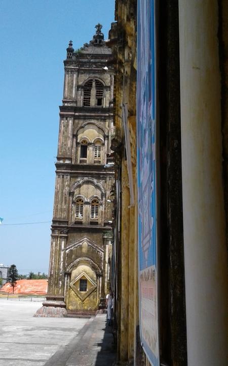 Hình ảnh cây tháp phía Nam bị nghiêng lệnh hẳn so với bức tường dọc nhà thờ