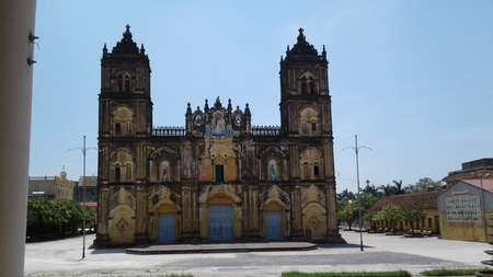 Nhìn mặt tiền nhà thờ Bùi Chu rất dễ cảm nhận sự mất cân đối giữa chiều ngang và chiều cao do mặt thềm nhà thờ bị sụt lún tương đối so với mặt sân hiện nay