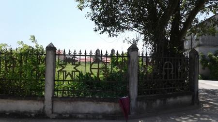 Khu đất phía trước được nhà thờ từng bước thỏa thuận mua lại của các hộ dân xung quanh để làm quảng trường hiện vẫn còn một vài hộ dân đang sinh sống