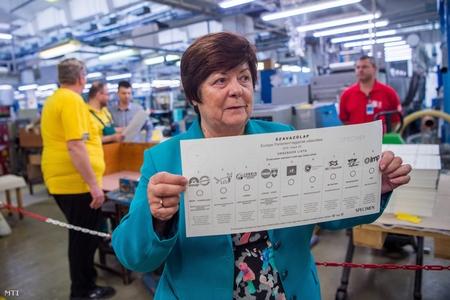 Chủ tịch Văn phòng Bầu cử Quốc gia, bà Pálffy Ilona giới thiệu bản mẫu của phiếu bầu hôm 26-5 tới, trong cuộc họp báo về việc sản xuất phiếu bầu - Ảnh: Balogh Zoltán (MTI)