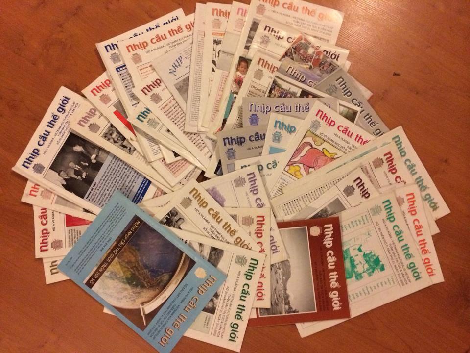 """Những số báo giấy thuở """"hàn vi"""" của NCTG được chị Tuyết Hoa giữ gìn cho tới bây giờ - Ảnh: chị Tuyết Hoa"""