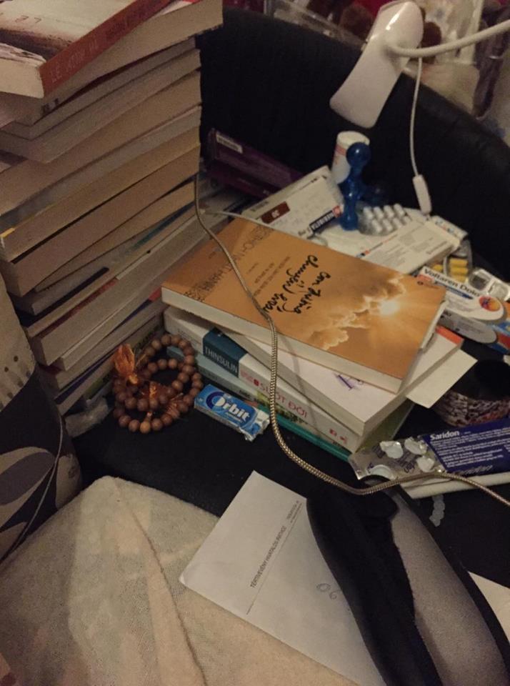 Đầu giường ngủ của chị chỉ toàn thuốc và sách... - Ảnh: chị Tuyết Hoa