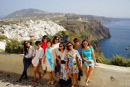 Nhóm bạn thân sau 30 năm, tại Santorini (Hy Lạp), tháng 5-2019 - Ảnh do nhân vật cung cấp
