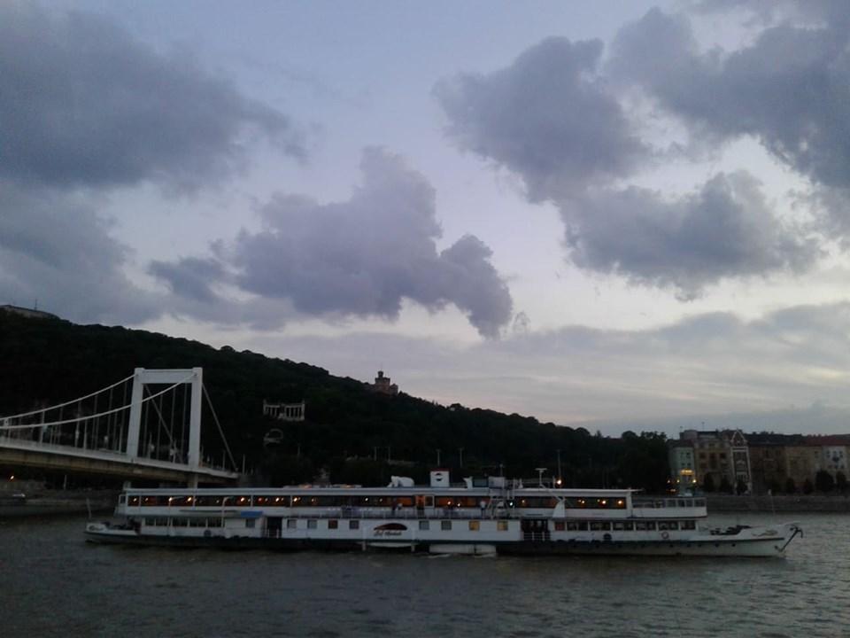 Những du thuyền vẫn thong dong trên đoạn chảy đẹp nhất của dòng Danube - nội đô Budapest...