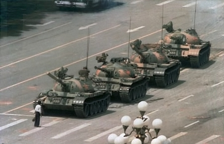 """Người biểu tình vô danh (Tank Man), biểu tượng của cuộc đấu tranh đòi dân chủ tại Trung Quốc. Ảnh do Jeff Widener, phóng viên hãng AP chụp, và được tạp chí """"Life"""" liệt vào hàng """"100 bức ảnh làm thay đổi thế giới"""" năm 2004"""